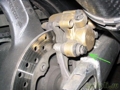 Как заменить задние тормозные колодки на Honda VTR 1000 Firestorm