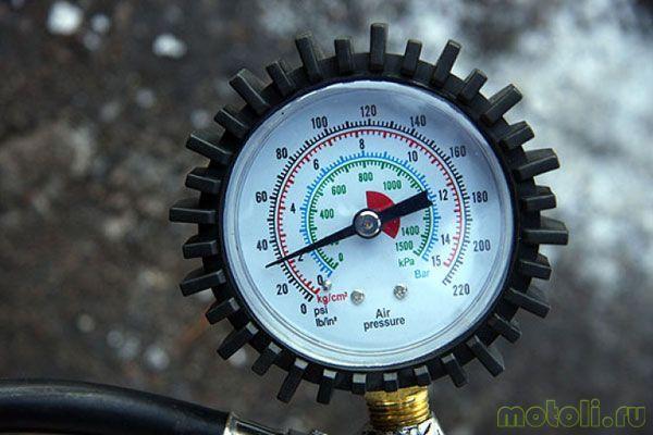 измеряем давление в шинах скутера