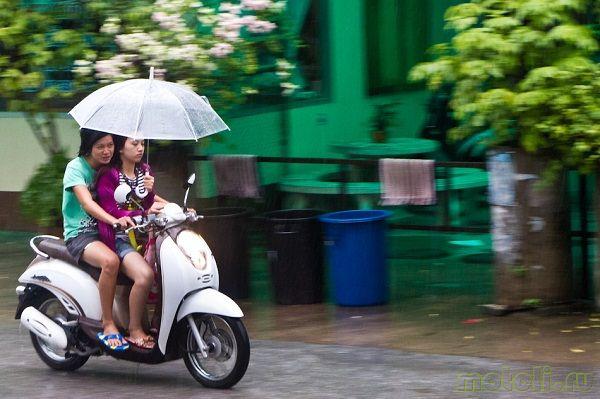 как ездить на скутере в дождь