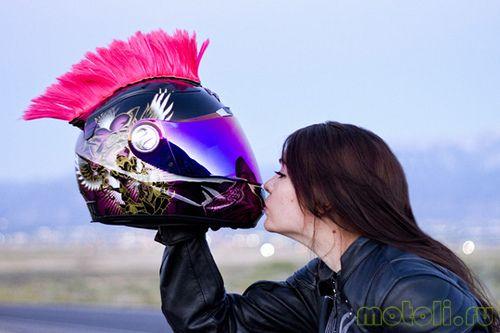 девушка и мотошлем