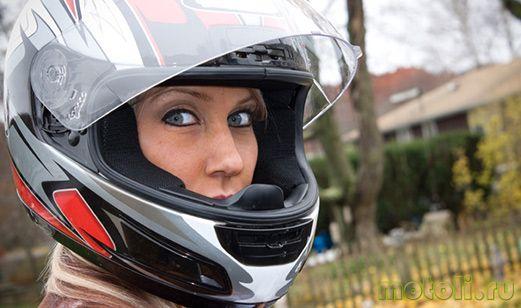 девушка в мотошлеме