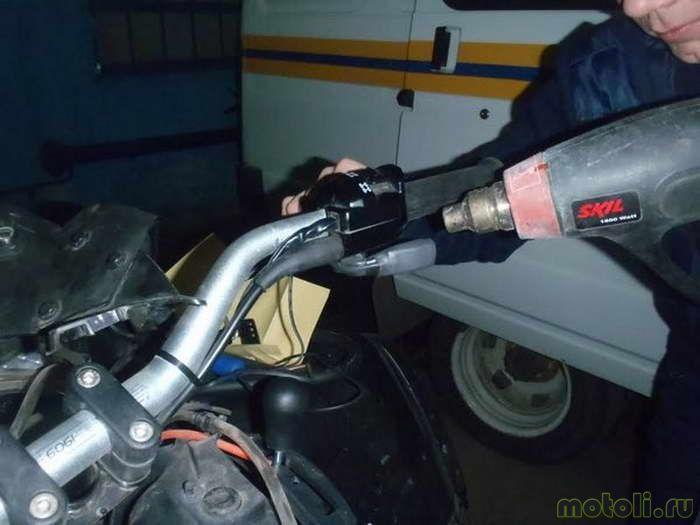 Устанавливаем регулятор нагрева на руле в любом удобном месте.