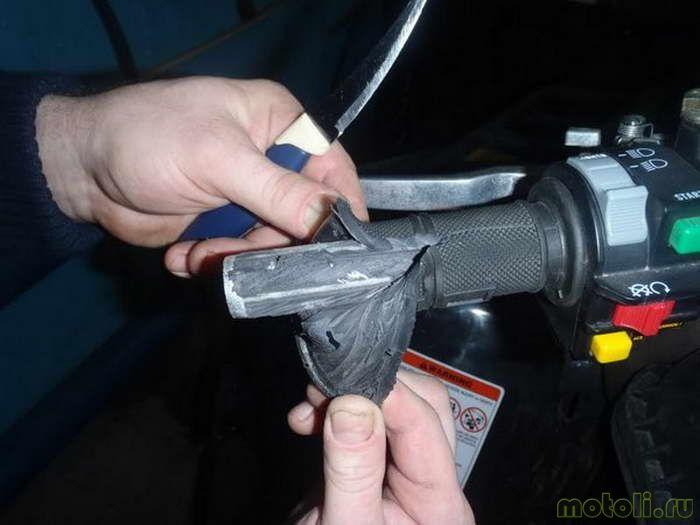 После того, как ручка удалена, необходимо зачистить руль от остатков клея и резины.