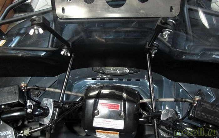 После установки уголков на хомуты на руле, мы можем регулировать расстояние до лобового стекла с помощью шестигранника.