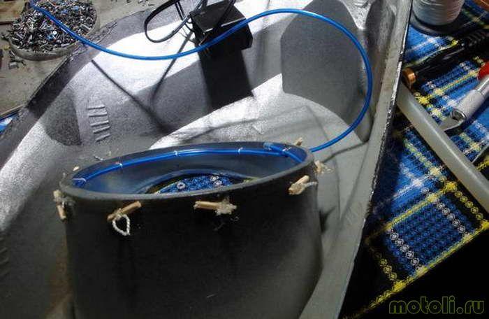 В качестве фиксирующего элемента была использована обычная нить и термоклей.