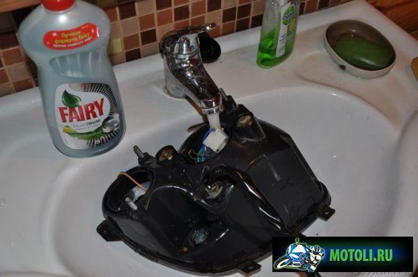 Заливаем моющее средство и воду