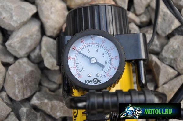 Накачать шину до 2-2,5 атм