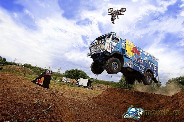 камаз и мотоцикл в прыжке